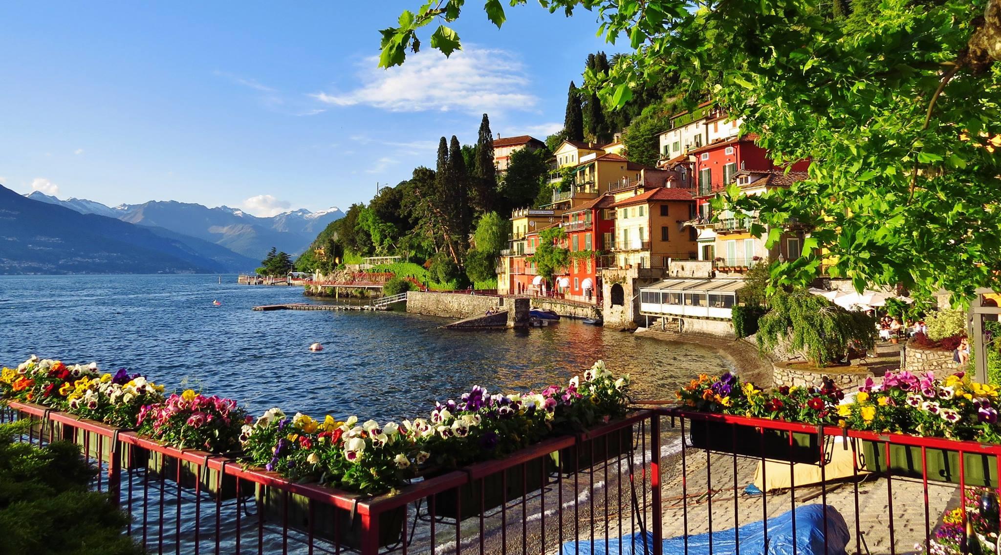 Mercato delle regioni a varenna lago di como e valsassina for Piani casa sul lago con portici